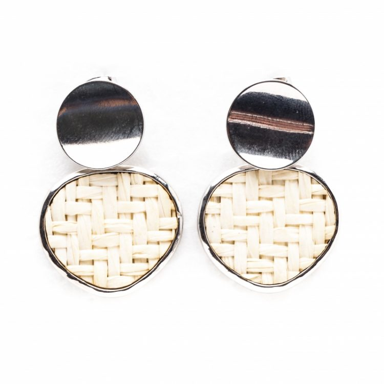 Viva classic oorbellen gevlochten driehoek hanger creme-oorsterkers