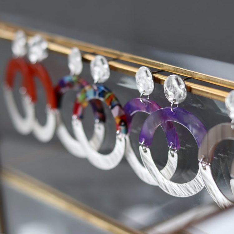 Biba ronde oorbellen half gekleurd en half zilverkleurig getrommeld metaal 80980