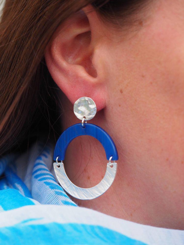 Bekijk het formaat van de oorbellen Biba open ring gekleurd met zilver metaal