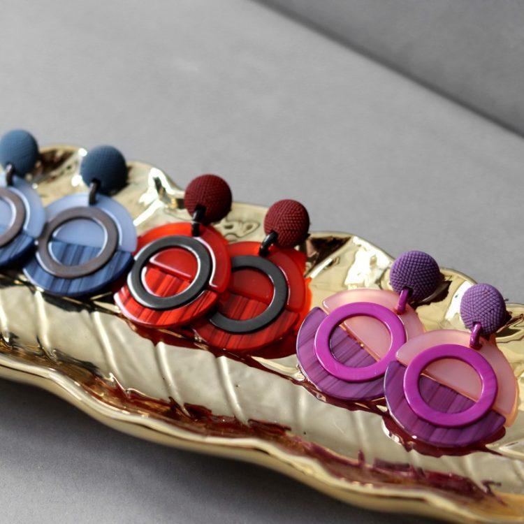 Acryl oorbellen in gekleurd