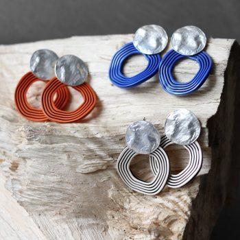 Biba oorbellen met golvende hanger 81097