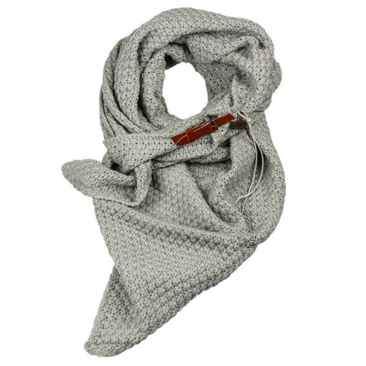 Grijze driehoek sjaal met riempje