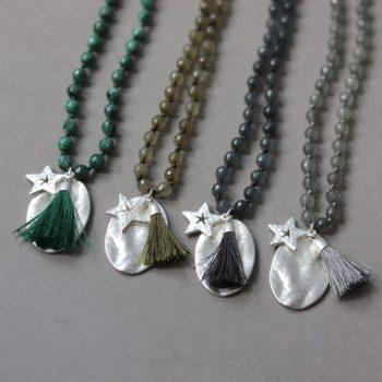 Gekleurde lange kettingen met hangers ovaal en ster - Biba sieraden