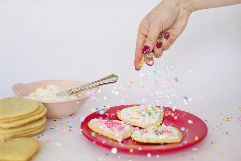 koekjes bakken en versieren voor Valentijnsdag