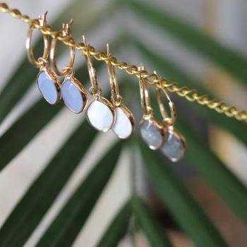 Biba goudkleurige oorringen met natuursteen hanger