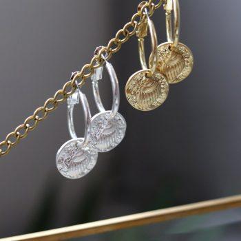 Biba oorringen met hanger schelp zilverkleurig of goudkleurig