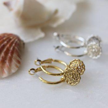 Biba oorringen met hanger opengewerkte bloem zilverkleurig of goudkleurig