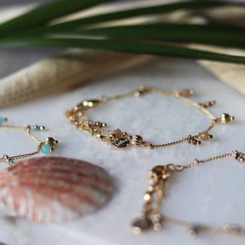 Biba armband goudkleurig metalen hangertjes-natuursteen kralen