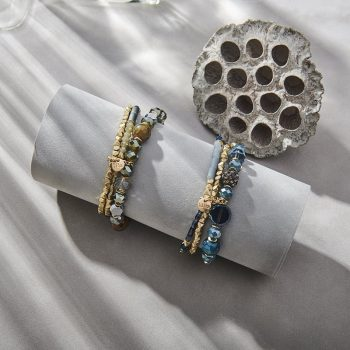 Goudkleurig in combinatie met gekleurde kralen Biba armbanden